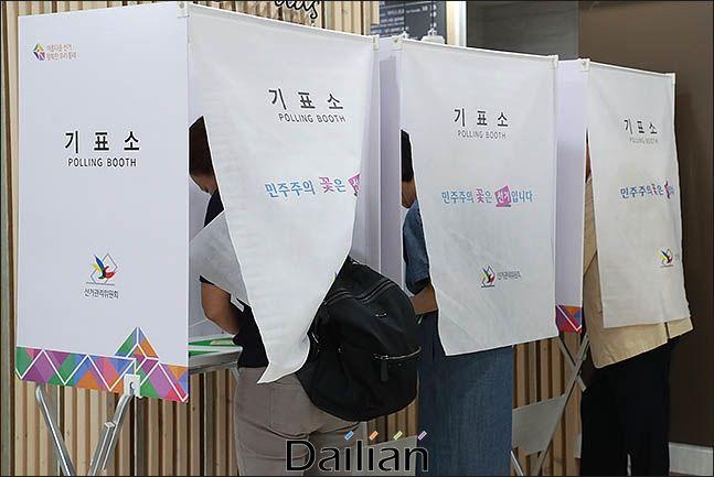 기표소에 들어가 투표를 하고 있는 유권자들(자료사진) ⓒ데일리안 류영주 기자