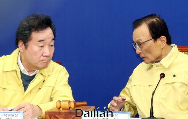 이낙연 위원장과 이해찬 대표가 선대위 회의에서 대화를 하고 있다. ⓒ데일리안 박항구 기자
