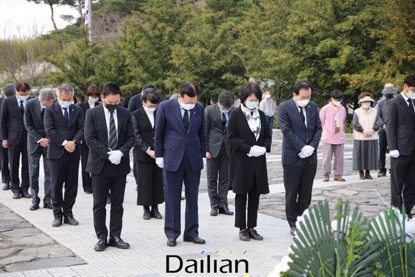 노무현 전 대통령 묘역서 참배하는 열린민주당 인사들 ⓒ열린민주당 제공