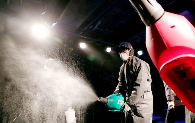 코로나19 방지를 위해 서울 종로구 대학로의 한 소극장에서 서울시 관계자들이 방역 소독을 하고 있다. ⓒ 뉴시스