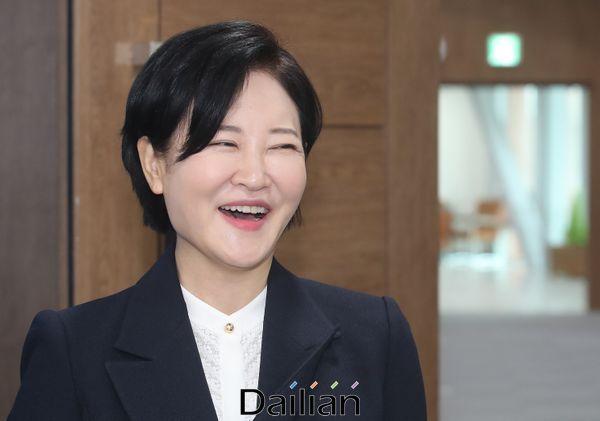 4.15 총선 후보등록이 시작된 26일 오전이수진더불어민주당 서울 동작을 후보가 국회 소통관에서 재난기본소득 도입을 촉구하는 기자회견을 마친 뒤 밝은 표정을 하고 있다.ⓒ데일리안 박항구 기자