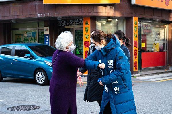 지역 주민과 인사를 나누고 있는 고민정 더불어민주당 서울 광진을 후보 ⓒ고민정 캠프 제공