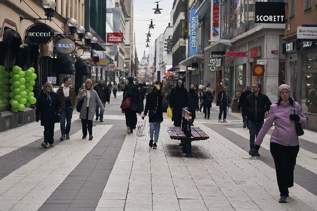 스웨덴 스톡홀름에서 마스크를 착용하지 않은 시민들이 상점가를 지나고 있다(자료사진). ⓒ뉴시스