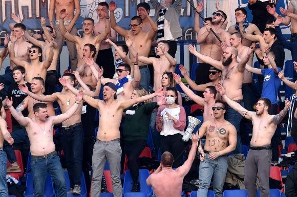 지난 28일 벨라루스 민스크에서 열린 FC 민스크와 디나모 민스크의 축구 경기에서 FC민스크 팬들이 응원전을 펼치고 있다. ⓒAFP 연합뉴스