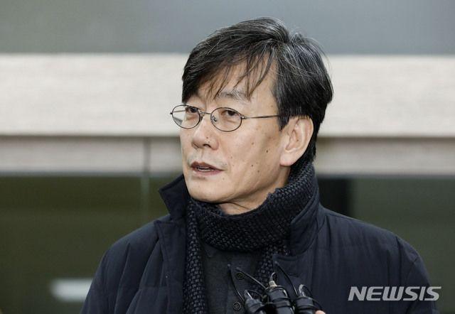 손석희 JTBC 대표이사가 지난해 2월 서울 마포경찰서에서 조사를 받은 뒤 귀가 중 취재진 질문에 답변하고 있다.ⓒ뉴시스