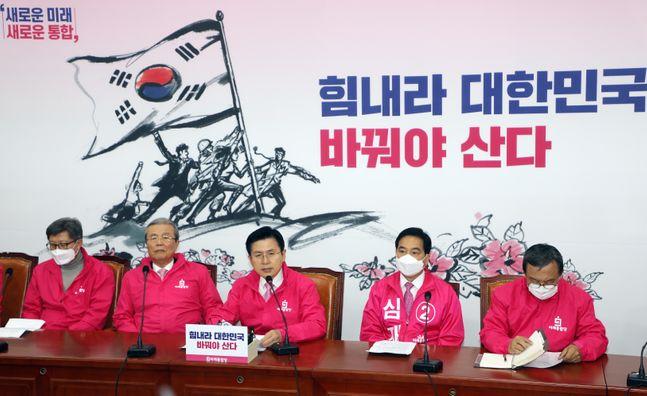 황교안 미래통합당 대표가 30일 오전 국회에서 열린 중앙선거대책위원회 회의에서 모두발언을 하고 있다.ⓒ데일리안 박항구 기자