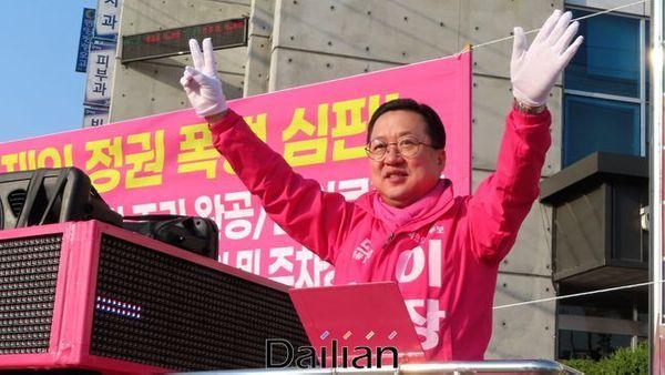 이장우 미래통합당 대전 동구 후보가 3일 오전 대전 동구 신흥동 제2치수교앞 사거리에서 출근 인사를 하고 있다. ⓒ데일리안 정도원 기자