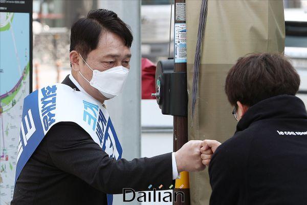 제21대 국회의원 총선거에서 서울 송파을 지역구에 출마한 최재성 더불어민주당 후보가 3일 오후 서울 송파구 잠실새내역 일대에서 지역 주민들과 인사를 나누고 있다. ⓒ데일리안 홍금표 기자