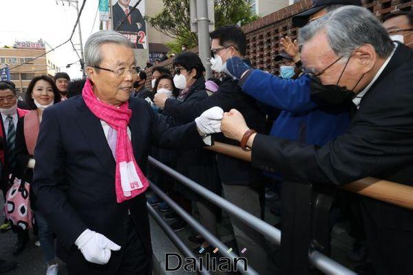 김종인 미래통합당 총괄선대위원장이 21대 총선 공식 선거운동 첫 주말인 4일 오후 부산 남구 용호동에서 부산 지역 국회의원 후보자들 지원유세를 하며 지역민과 주먹악수를 나누고 있다. ⓒ데일리안 류영주 기자