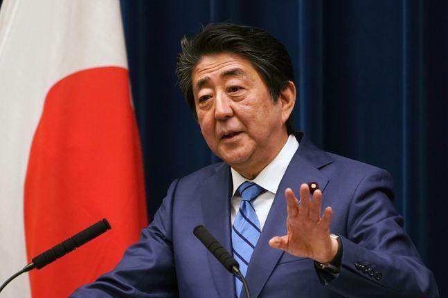 신종 코로나바이러스 감염증(코로나19) 치료제 후보 중 하나인 아비간의 안전성과 효과에 대한 논란이 있음에도 일본 정부는 비축량을 현재의 3배로 확대할 방침이다. 사진은 일본 아베 신조 총리. ⓒ 뉴시스