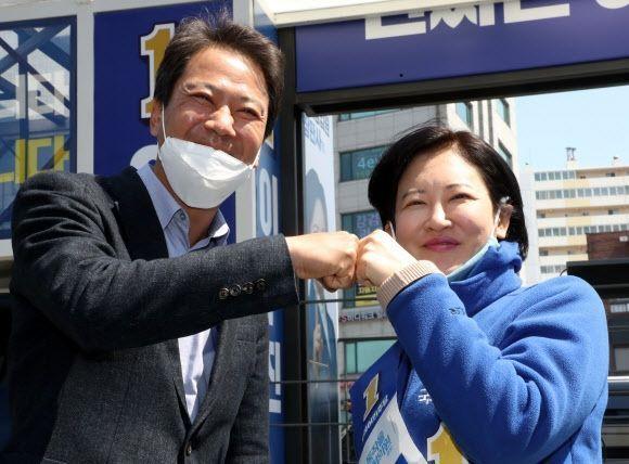 임종석 전 청와대 비서실장이 5일 서울 동작구 사계시장에서 열린 더불어민주당 동작구을 이수진 후보의 선거유세에서 이 후보와 주먹인사 하고 있다. ⓒ연합뉴스