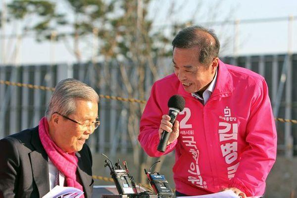 김병준 미래통합당 세종을 후보가 5일 오후 국회 이전 예정 부지를 방문한 김종인 총괄 선대위원장에게 감사하다며 인사를 하고 있다. ⓒ뉴시스