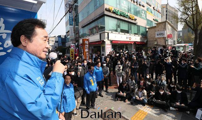경복궁역 앞에서 선거유세를 하고 있는 이낙연 민주당 상임선대위원장 ⓒ데일리안 박항구 기자
