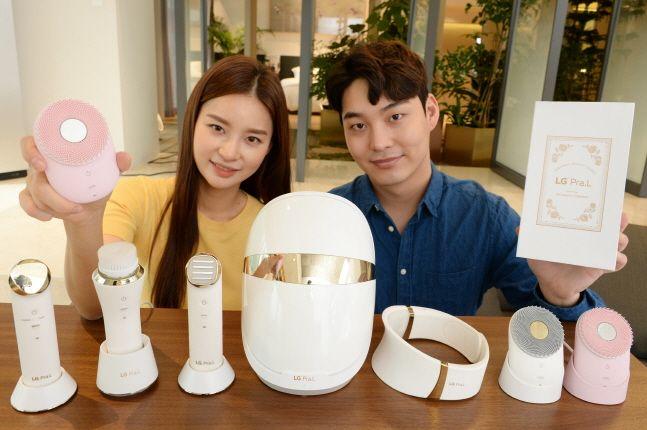 LG전자 모델들이 LG 프라엘 전체 라인업을 소개하고 있다. 사진 왼쪽 여자 모델이 들고 있는 제품이 새롭게 선보인