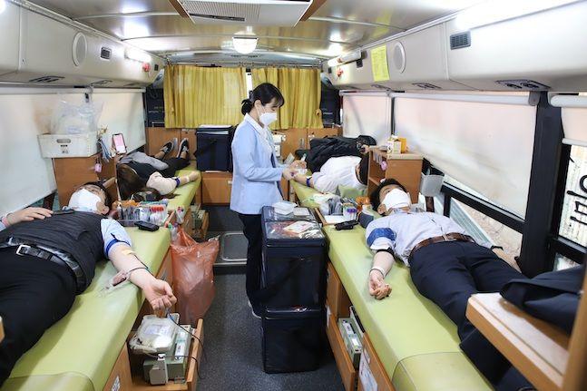 웰컴금융그룹 임직원이 헌혈을 하고 있다. ⓒ웰컴저축은행