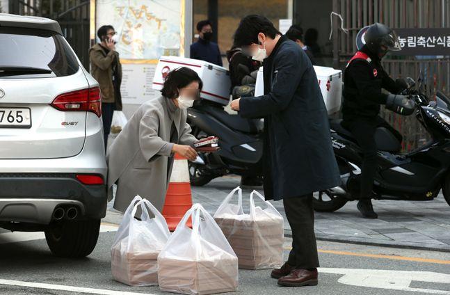 정부세종청사 앞에서 공무원들이 점심식사로 주문한 배달음식으로 받고 있다.ⓒ뉴시스
