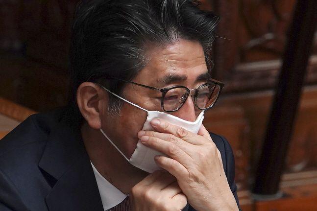 아베 신조 일본 총리가 3일 일본 도쿄에서 열린 국회 상원 본회의에 참석해 마스크를 매만지고 있다.ⓒ뉴시스