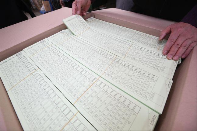 6일 오후 서울 중구의 한 인쇄소에서 인쇄소 관계자가 제21대 국회의원 총선거 투표용지를 확인하고 있다. ⓒ데일리안 홍금표 기자