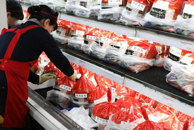 서울 한 대형마트에서 관계자가 포장김치 판매대를 정리하고 있다.ⓒ뉴시스