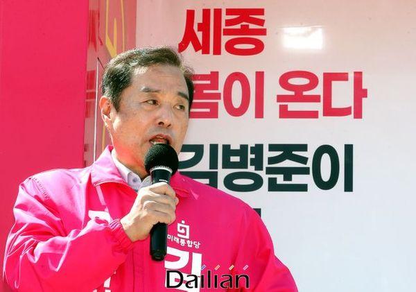 세종을 지역에 출마한 김병준 미래통합당 후보가 연서면 봉암리에서 지지를 호소하고 있다(자료사진). ⓒ데일리안 박항구 기자
