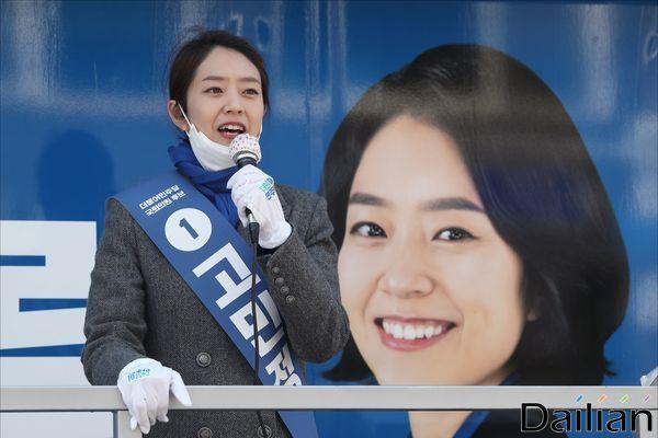 제21대 국회의원 총선거에서 서울 광진을 지역구에 출마한 고민정 더불어민주당 후보가 14일 오전 서울 광진구 노룬산시장 입구에서 선거유세를 하고 있다.ⓒ데일리안 홍금표 기자