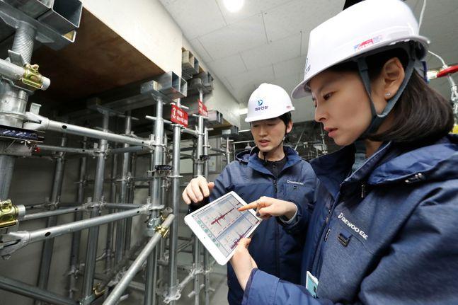 대우건설 연구원들이 실시간 동바리 붕괴위험 모니터링 시스템을 테스트하고 있다.ⓒ대우건설