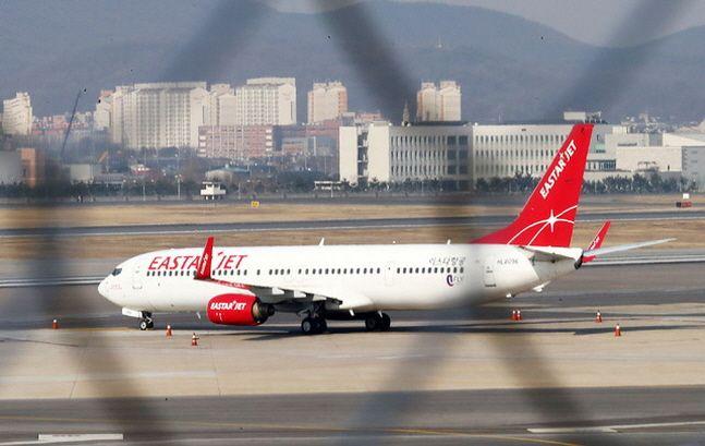 지난달 23일 서울 강서구 김포공항 국내선 청사에서 이스타항공 여객기가 대기하고 있다.ⓒ뉴시스