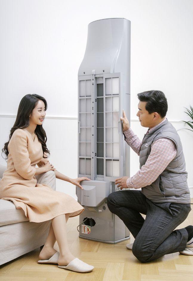 LG전자 서비스 엔지니어(오른쪽)가 'LG 휘센 씽큐 에어컨'을 점검하고 있다.ⓒLG전자