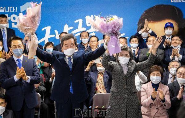 이낙연 더불어민주당 당선인이 21대 총선 개표일이었던 지난 15일 오후 서울 종로구에 마련된 선거사무소에서 당선이 확실시되자 지지자들로부터 축하를 받고 있다(자료사진). ⓒ데일리안 홍금표 기자