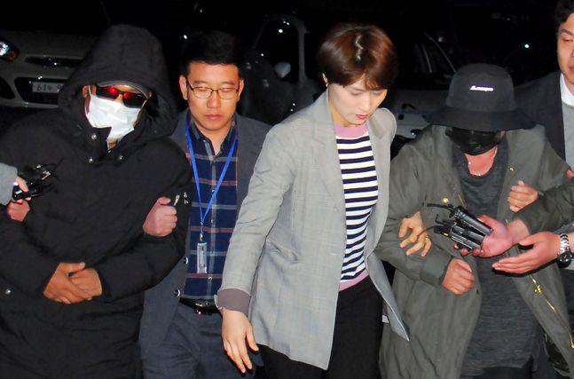 지난달인천공항에서 체포된 래퍼 마이크로닷(본명 신재호·25)의 부모 신모(61)씨 부부가 충북 제천경찰서로 압송되고 있다.ⓒ뉴시스