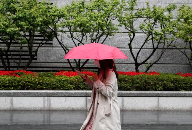 서울 영등포구 일대에서 우산을 쓴 시민이 걷고 있다.ⓒ뉴시스