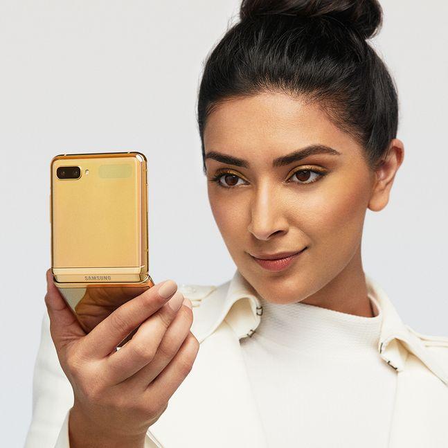 삼성전자 폴더블 스마트폰 '갤럭시Z 플립' 미러 골드 색상.ⓒ삼성전자