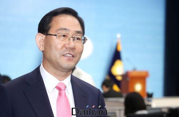 미래통합당 5선 의원인 주호영 의원이 4일 오후 국회 소통관에서 21대 국회 첫 원내대표 출마를 밝힌 뒤 이동하고 있다. ⓒ데일리안 박항구 기자