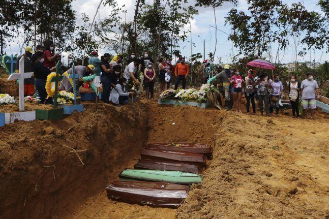 지난달 21일(현지시간) 브라질 아마조나스주 마나우스의 한 공동묘지에서 신종 코로나바이러스로 숨진 사망자 시신을 집단매장하고 있다.ⓒ뉴시스