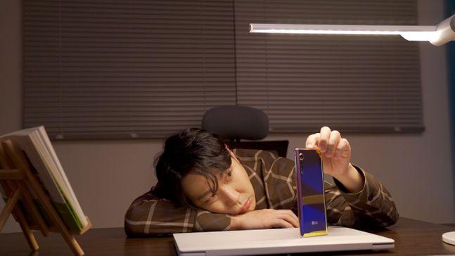 LG전자가 연예인 하하와 손잡고 전략 스마트폰 'LG 벨벳'을 활용한 디지털 캠페인 영상을 10일 공개했다. 사진은 영상 캡처 화면.ⓒLG전자