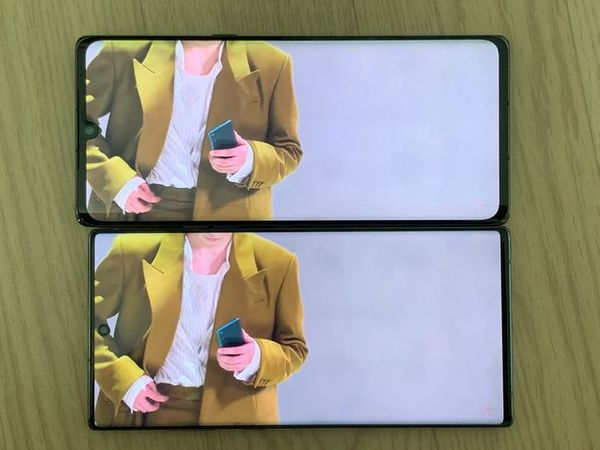 LG전자 전략 스마트폰 'LG 벨벳'(위쪽)과 삼성전자 스마트폰 '갤럭시노트10 플러스'로 동영상을 감상하는 모습.ⓒ데일리안 김은경 기자