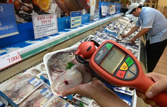 수산물의 원산지 표기 강화와 입고 된 상품을 방사능 측정기로 검사하고 있다. ⓒ뉴시스