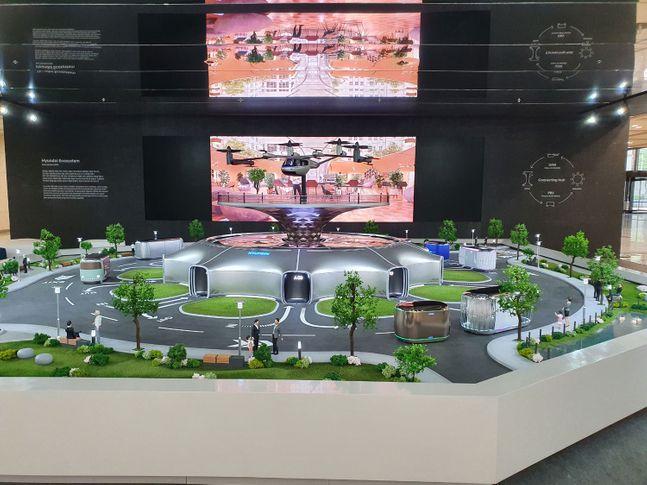 서울 양재동 현대자동차그룹 본사 로비에 설치된 스마트 모빌리티 솔루션 미니어처. UAM(도심 항공 모빌리티)-PBV(목적 기반 모빌리티)-Hub(허브, 모빌리티 환승 거점)이 유기젹으로 연결돼 있다. ⓒ현대차그룹