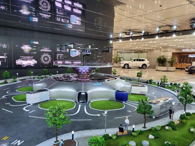 서울 양재동 현대자동차그룹 본사 로비에 설치된 스마트 모빌리티 솔루션 미니어처. PBV들 중 일부가 Hub에 결합돼 있다. ⓒ현대차그룹