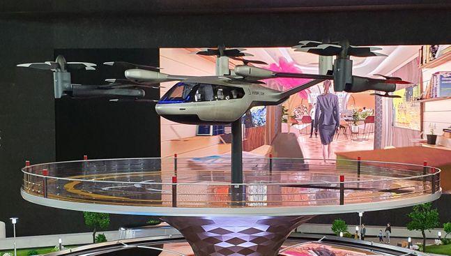 서울 양재동 현대자동차그룹 본사 로비에 설치된 스마트 모빌리티 솔루션 미니어처 중 도심 항공 모빌리티(UAM)를 구성하는 PAV와 전용 착륙장. ⓒ현대자동차