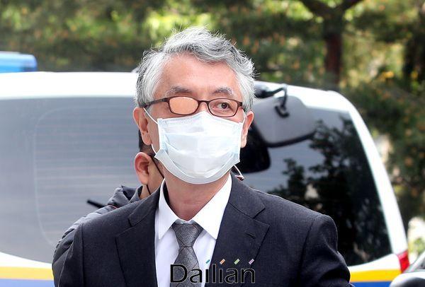 미공개정보를 이용해 바이오기업 신라젠의 주식을 거래한 혐의를 받는 문은상 신라젠 대표가 11일 오전 서울남부지방법원에서 열리는 영장실질심사에 출석하고 있다. ⓒ데일리안 박항구 기자