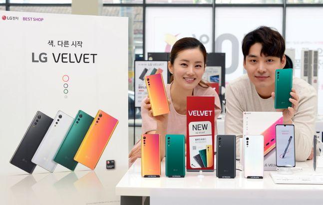 LG전자 모델들이 서울시 영등포구 LG베스트샵 서울양평점에서 전략 스마트폰 'LG 벨벳' 디자인을 소개하고 있다.ⓒLG전자