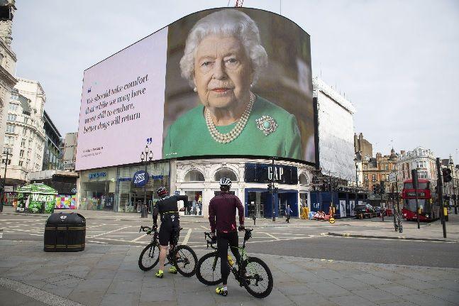 영국 런던의 피카딜리 서커스 전광판에 엘리자베스 2세 여왕 사진이 코로나19 관련 TV 연설 발언 내용과 함께 송출되고 있다(자료사진). ⓒAP/뉴시스
