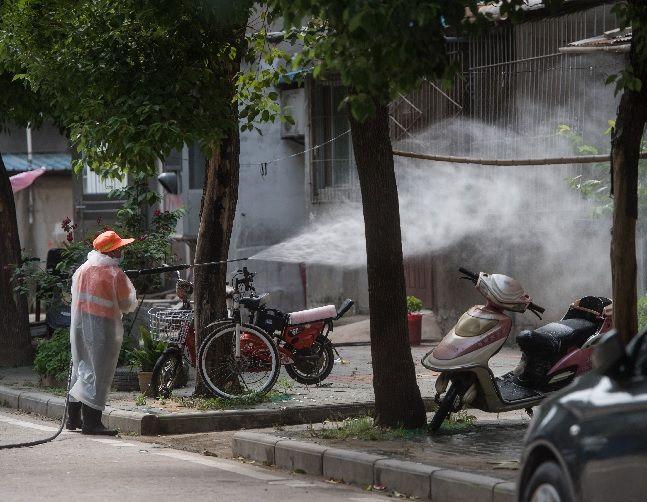 코로나19 집단감염이 발생한 중국 후베이성 우한시 둥시후(東西湖)구 싼민(三民) 구역에서 소독 작업이 진행되고 있다. ⓒ신화/뉴시스