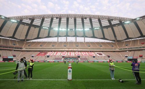 17일 서울월드컵경기장에서 구단 관계자들이 2020 K리그1 FC서울과 광주FC의 경기에 앞서 준비하고 있다. ⓒ 연합뉴스