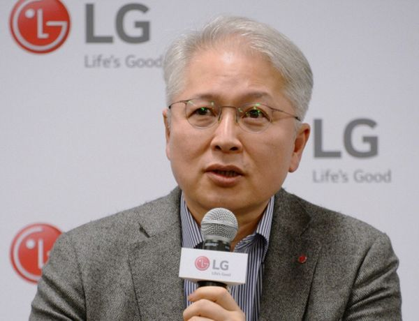 권봉석 LG전자 사장이 지난 1월 8일(현지시간) 미국 라스베이거스컨벤션센터(LVCC)에서 진행된 CES 기자간담회에서 기자들의 질문에 답변하고 있다.ⓒLG전자