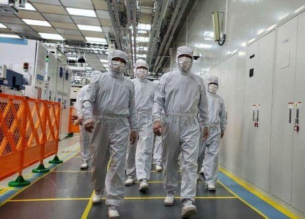 이재용 삼성전자 부회장이 지난 18일 중국 산시성 시안 반도체 사업장에서 현지 임직원들과 제품 생산 라인을 살펴보고 있다.ⓒ삼성전자