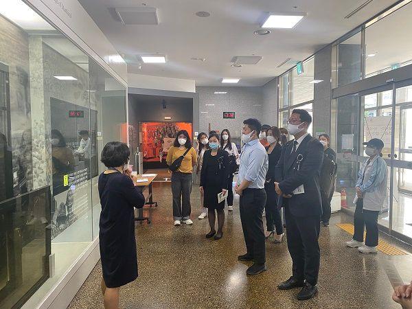 5·18민주화운동기록관을 둘러보고 있는 미래통합당 청년 비상대책위원들 ⓒ데일리안 최현욱 기자