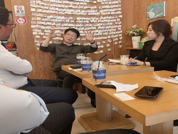 5·18을 직접 경험했던 최병근 변호사와 대화를 나누고 있는 미래통합당 청년 비상대책위원들 ⓒ데일리안 최현욱 기자
