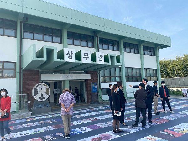상무관에서 최병근 변호사의 설명을 듣고 있는 미래통합당 청년 비상대책위원들 ⓒ데일리안 최현욱 기자